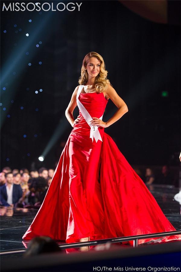 Hiện tại, người đẹp Olivia Jourdan được xem là một trong những ứng cử viên sáng giá nhất cho ngôi vị Hoa hậu Hoàn vũ 2015. Trong đêm bán kết vừa qua, đại diện đất nước cờ hoa chọn diện bộ váy có màu đỏ rực rỡ. Thiết kế là sự kết hợp giữa thân váy ôm cùng chân váy rời tạo nên bước chuyển động vô cùng quyến rũ trên sân khấu.