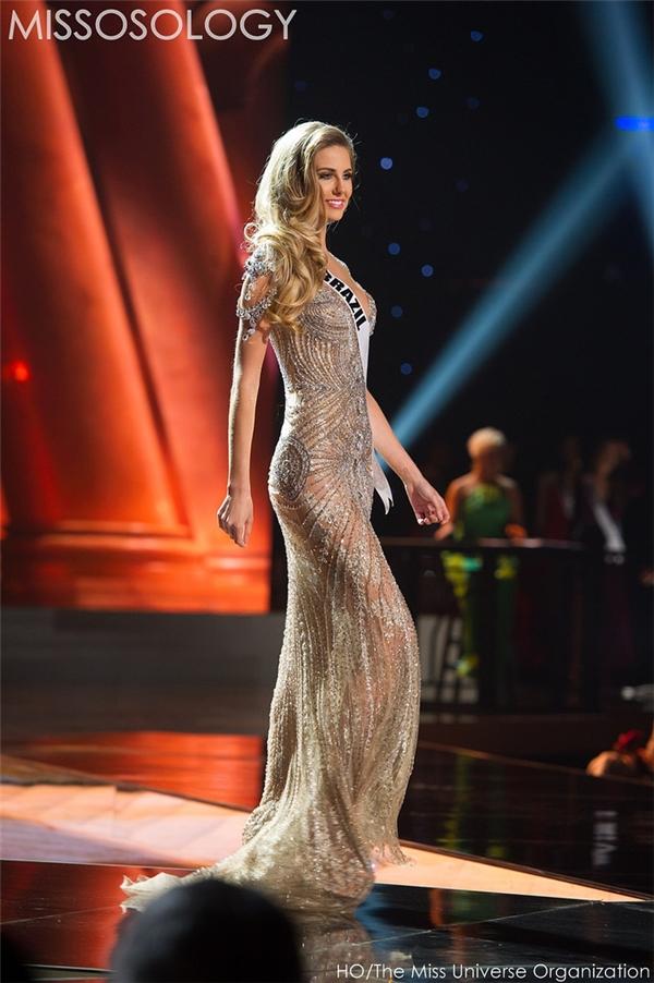 Người đẹp Brazil khoe hình thể nóng bỏng trong dáng váy ôm sát. Thiết kế tạo điểm nhấn bởi những chi tiết đính kết kì công tạo nên hoa văn trên khắp thân váy.