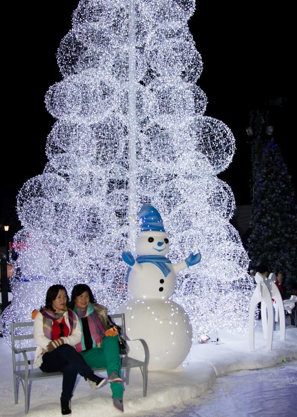 """Mọi người vui vẻ ghi lại khoảnh khắc """"mùa đông"""" hiếm có ở Sài Gòn. (Ảnh Internet)"""