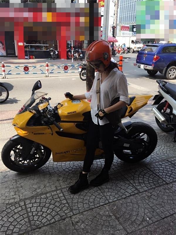 """Cô gái xinh đẹp bên """"quái vật"""" Ducati. (Ảnh Facebook)"""