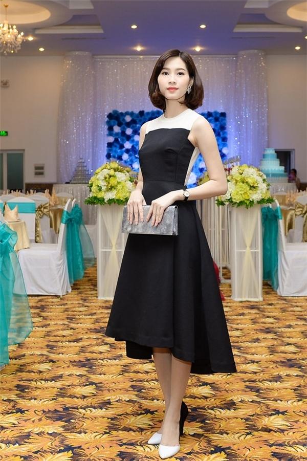 Trong mùa hè vừa qua, Hoa hậu Việt Nam 2012 đã quyết định thay đổi kiểu tóc để mang đến vẻ ngoài mới mẻ hơn. Và sự ăn ý giữa bộ váy đen nhẹ nhàng cùng kiểu tóc bob xoăn điệu đà đã giúp Thu Thảo trông cuốn hút, nổi bật.