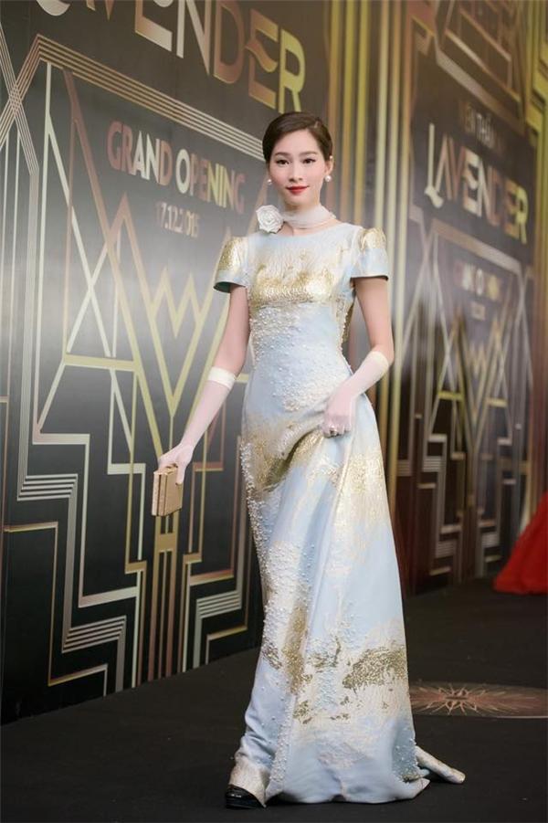 Với chiếc váy dài nằm trong bộ sưu tập Xuân - Hè 2016 của Phương My, Thu Thảo hóa thân thành quý cô cổ điển với loạt phụ kiện độc đáo, hòa hợp với trang phục.