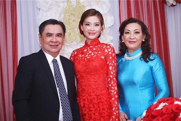 Diễm Trang và cha, mẹ ruột trong ngày trọng đại. - Tin sao Viet - Tin tuc sao Viet - Scandal sao Viet - Tin tuc cua Sao - Tin cua Sao