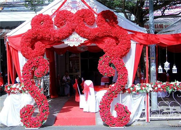 Không giang tiệc ăn hỏi của Diễm Trang được bao phủ bởi sắc đỏ nổi bật. - Tin sao Viet - Tin tuc sao Viet - Scandal sao Viet - Tin tuc cua Sao - Tin cua Sao