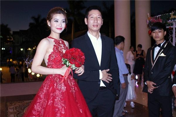Á hậu Diễm Trang xinh đẹp,rạng rỡ trong trang phụcváy cưới ren đỏ gợi cảm, quyến rũ. - Tin sao Viet - Tin tuc sao Viet - Scandal sao Viet - Tin tuc cua Sao - Tin cua Sao