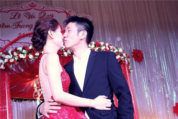 Sau khi hoàn thành các nghi lễ, cặp đôi trao nhau nụ hôn ngọt ngào trong sự vui mừng, hân hoan của gia đình, người thân, bạn bè và đồng nghiệp. - Tin sao Viet - Tin tuc sao Viet - Scandal sao Viet - Tin tuc cua Sao - Tin cua Sao