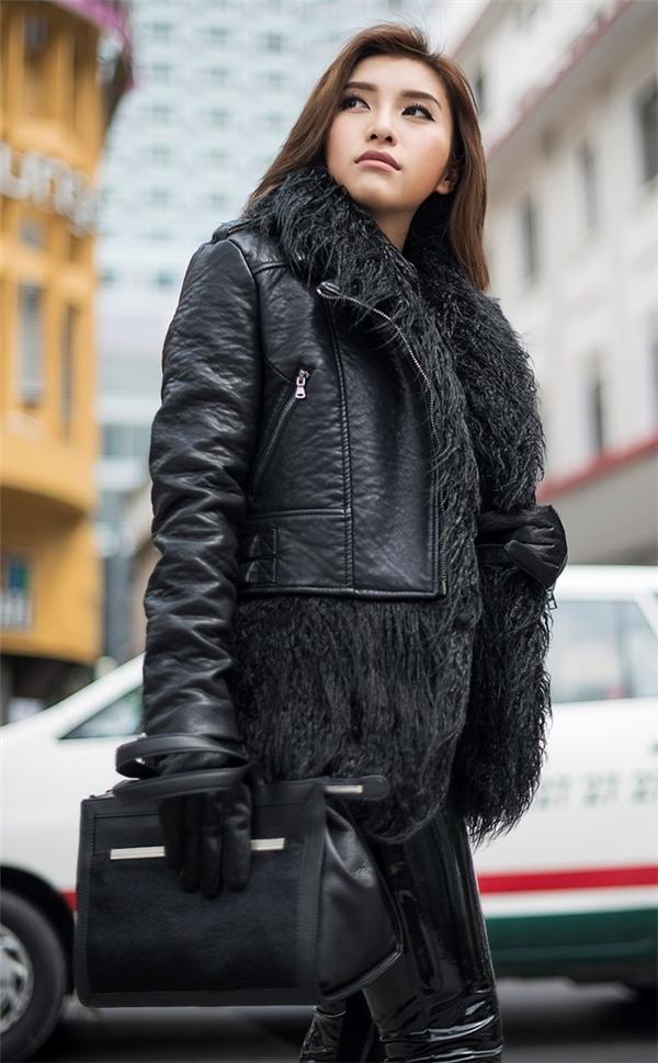 Tiêu Châu Như Quỳnh đã đón mùa mùa đông bằng set đồ màu đen sang trọng. Nó đem tới vẻ bí ẩn nhưng không kém phần ấn tượng cho các bạn gái. Bên cạnh đó chất liệu da bóng giúp tôn nên vẻ cá tính.