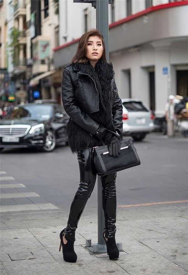 Cô nàng khéo léo lựa chọn jecket cùng quần legging da bóng tông xuyệt tông thời thượng. Phụ kiện đi kèm là chiếc găng tay, túi xách hợp mốt đang thịnh hành nhất mùa đông năm nay.