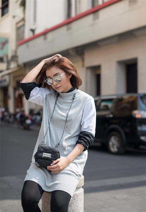 Bộ trang phục với tông màu trung tính, xám đen đạt tiêu chí tối giản màu sắc và họa tiết.
