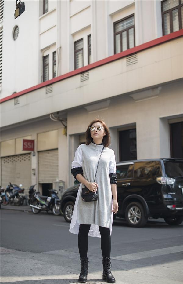 Chiếc áo ngộ nghĩnh với phần đuôi dài qua đầu gối được cô mix -match cùng quần legging và bốt phá cách.
