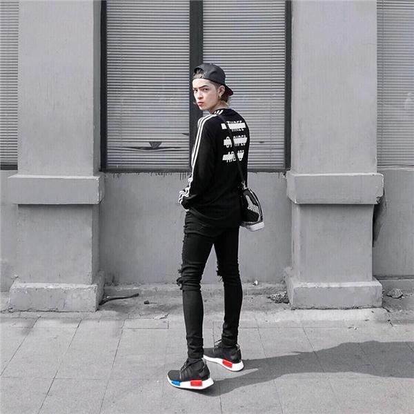 """Thay vào vẻ """"điệu đà"""" thường thấy, Kelbin Lei trở nên nam tính, mạnh mẽ hơn chỉ với bộ trang phục đơn giản gồm quần jeans, áo phông."""