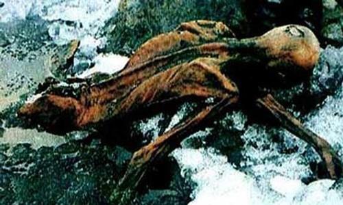 Theo các tài liệu,lời nguyền xác ướp người băng Ötzigây ra cái chết bí ẩn cho 7 người có liên quan đến xác ướp này. Nạn nhân đầu tiên tử vong vì lời nguyền xác ướp người băng Ötzi là nhà leo núi Helmut Simon - người đã tìm ra xác ướp trên.