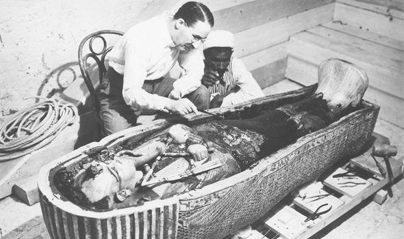 Cụ thể, ngày 4/11/1929, nhóm khai quật do nhà khảo cổ học Howard Carter dẫn đầu đã phát hiện ra lăng mộ của Pharaoh Tutankhamun tại thung lũng các vị vua. Đây là một trong những phát hiện khảo cổ chấn động thế giới khi các chuyên gia tìm thấy hàng trăm cổ vật giá trị.