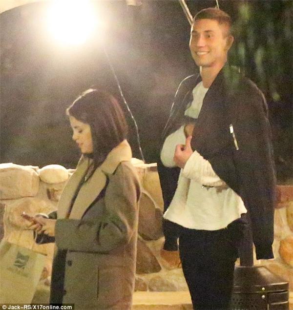 Theo tờ Celebuzz, SelenaGomez đã xuất hiện tại Malibu cùngSamuel Krost vào ngày thứ sáu vừa qua. Cặp đôi này cũng bị chụpmột số cảnh thân mật vào một ngàytrước đó.