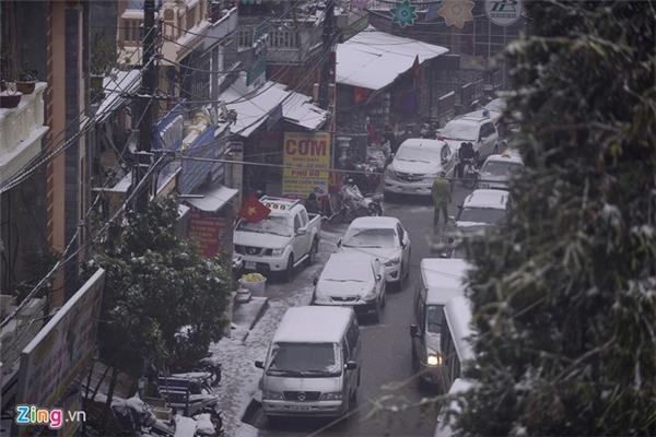 Hàng nghìn đổ dồn về Sa Pa khiến các con đường bị ùn tắc nghiêm trọng. Ảnh: Zing