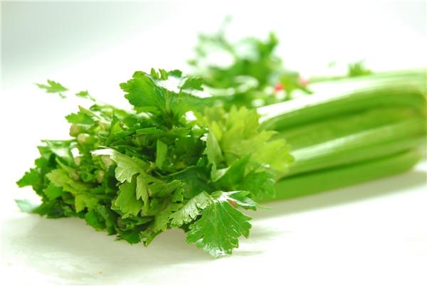 Cần tây là loại rau điển hình có thể chữa bệnh hôi miệng hiệu quả. (Ảnh: Internet)