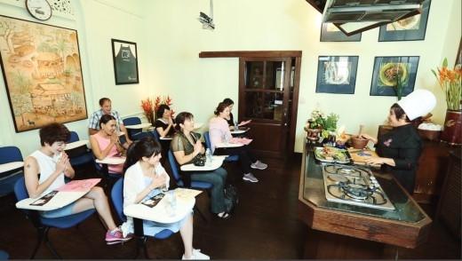 Kim Nhã và Tú Linh tham gia buổi học nấu ăn tại trường Blue Elephan, Bangkok.