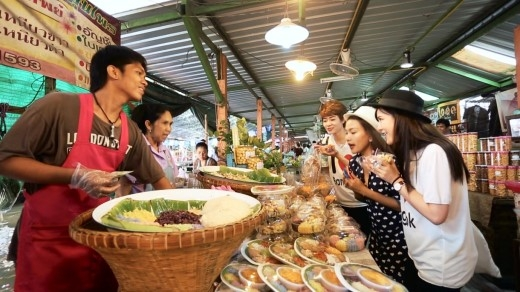 Cả ba cô nàng vô cùng choáng ngợp trước sự đa dạng, phong phú các món ăn tại Thái Lan.