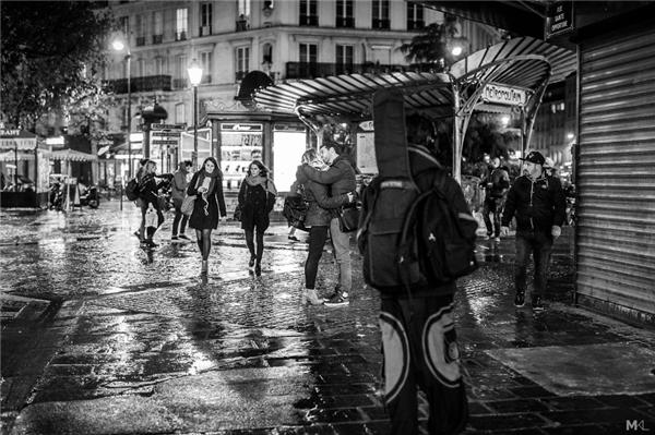 Có cả những nụ hôn tạm biệt nồng nàn, đầy quyến luyến giữa lòng Paris hoa lệ.(Ảnh:Mikaël Theimer)