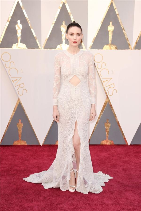 Bên cạnh chất liệu ren mỏng tang gợi cảm, chiếc váy của Rooney Mara còn được tạo điểm nhấn bằng những đường cắt táo bạo, hiện đại.