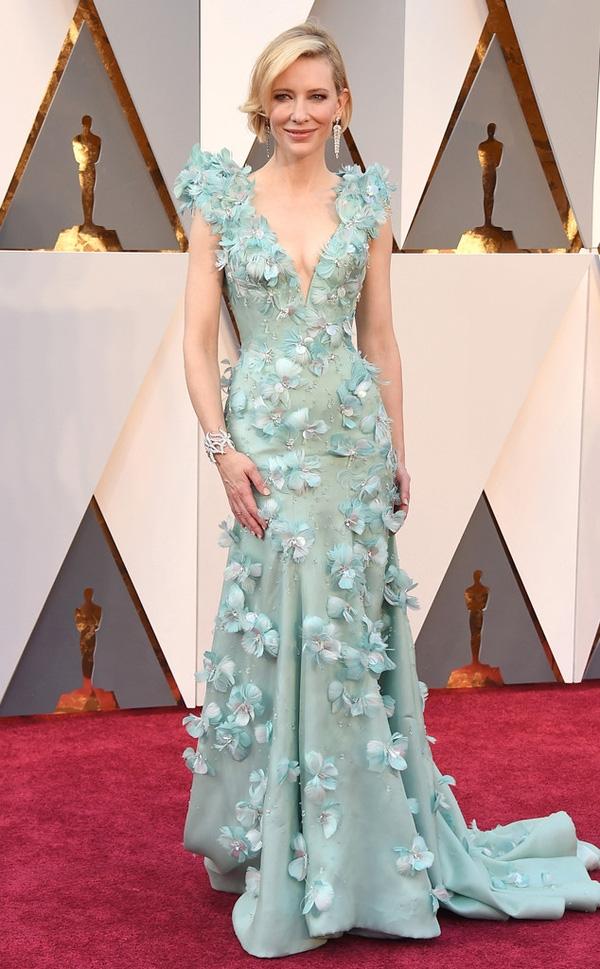 Những cánh hoa điểm xuyết cùng sắc xanh lơ nhẹ nhàng mang đến vẻ ngoài ngọt ngào, nữ tính cho Cate Blanchett. Đây là thiết kế của nhà mốt Amarni Privé.