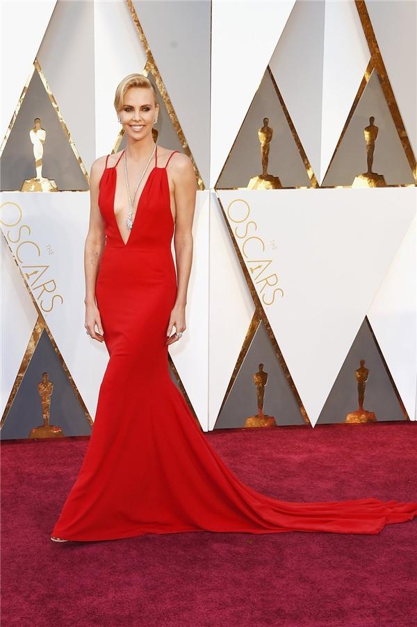 Charlize Theron sang trọng, quyến rũ với thiết kế có tông đỏ nổi bật của Dior.