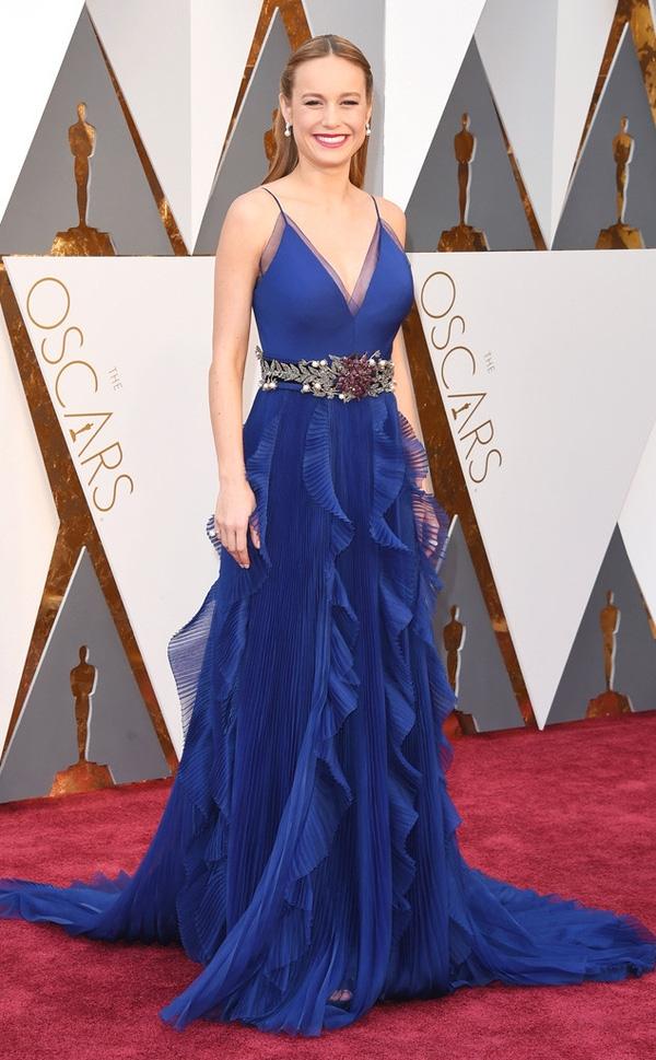 Brie Larson chọn sắc xanh cobant nồng nàn, trẻ trung khi xuất hiện trên thảm đỏ Oscar lần này. Bộ váy được tạo điểm nhấn bằng những chi tiết dún bèo, gấp li chạy dọc khắp phần chân váy.