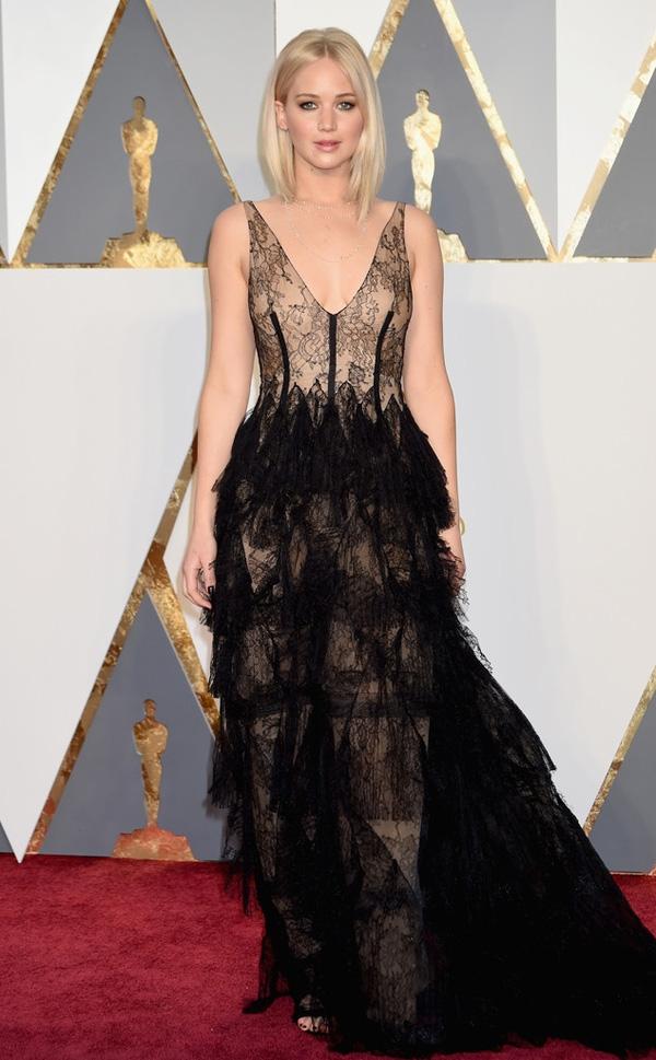 Thiết kế phân tầng cầu kì của Dior mang lại vẻ ngoài quyến rũ, gợi cảm cho Jennifer Lawrence.