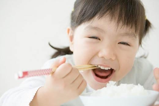 Trẻ sẽ ngoan ngoãn ăn cải xanh nếu chúng có cảm giác đó là chọn lựa của chúng.(Ảnh: Internet)