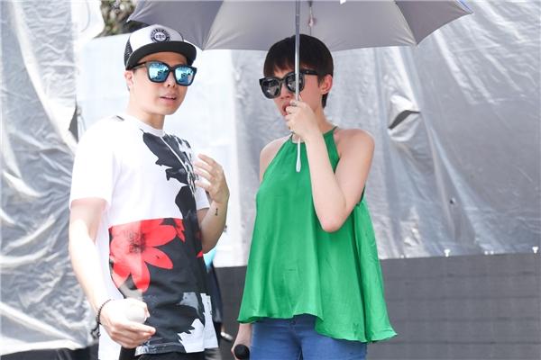 Nhà sản xuất của chương trình – nam ca sĩ Trịnh Thăng Bình cũng có mặt để hỗ trợ nữ ca sĩ. - Tin sao Viet - Tin tuc sao Viet - Scandal sao Viet - Tin tuc cua Sao - Tin cua Sao