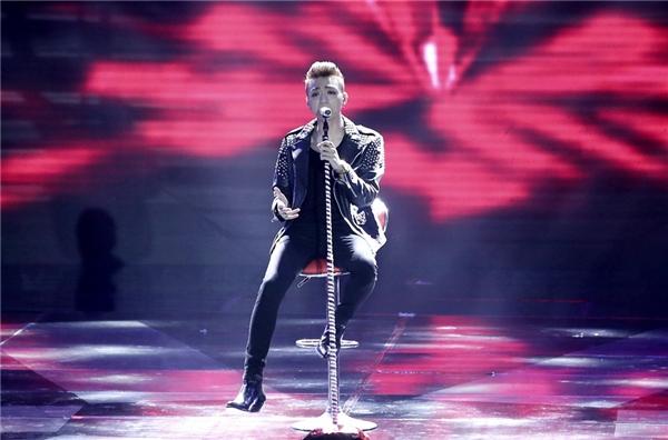 Hình ảnh Soobin khi biểu diễn trong đêm nay toát lên rất rõvẻ lãng tử của nam ca sĩ. - Tin sao Viet - Tin tuc sao Viet - Scandal sao Viet - Tin tuc cua Sao - Tin cua Sao