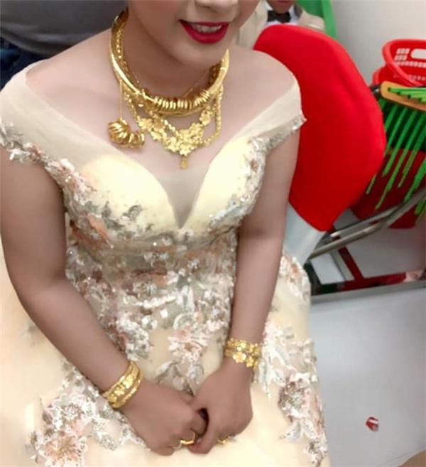 """Dường như cô dâu đang """"mắc kẹt"""" với số vàng đangđeo trên người.(Ảnh: Internet)"""