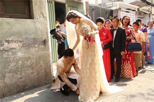 Ngay trong ngày cưới của mình, Lương Thế Thành đã sẵn sàng ngồi xuống giữa đường đểsửa lại váy giúp Thúy Diễm khi anh đang cùng vợ di chuyển ra xe. - Tin sao Viet - Tin tuc sao Viet - Scandal sao Viet - Tin tuc cua Sao - Tin cua Sao
