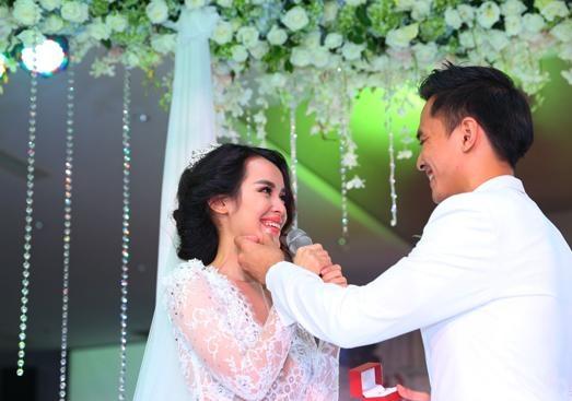 Và khi đôi vợ chồng trẻ xúc động trong ngày cưới, để rồi cùnglau nước mắt cho nhau thực sự khiến khán giả cảm động trước tình yêu mà họ dành đến nhau. - Tin sao Viet - Tin tuc sao Viet - Scandal sao Viet - Tin tuc cua Sao - Tin cua Sao