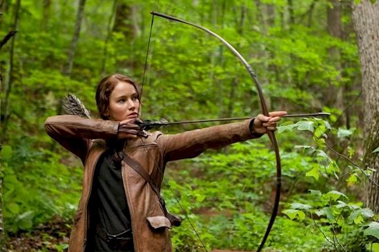 Làm sao mà Katniss có thể cầm cung như vậy được? (Ảnh: Internet)