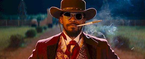 Django đã mang một cặp kính ngầu trong suốt bộ phim.Không may là cái kính này chỉ được bày bán60 năm sau thời điểm trong phim. (Ảnh: Internet)