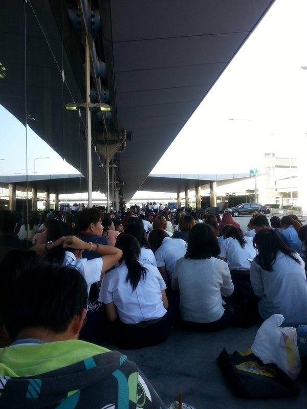 Hàng trăm fan Thái đã có mặt từ sớm tại sân bay để chào đón nam diễn viên xứ củ sâm.