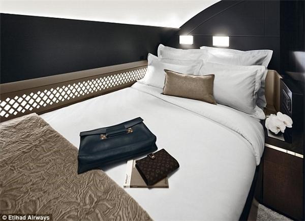 Chiếc giường đôi đạt chuẩn được đặt trong phòng. (Ảnh: Internet)