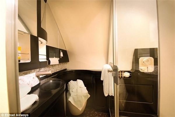 Phòng tắm có vòi hoa sen và đầy đủ tiện nghi. (Ảnh: Internet)
