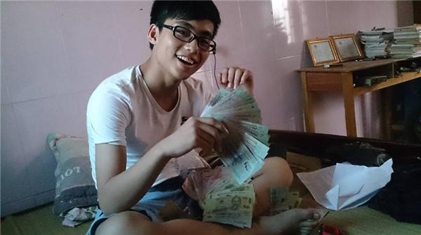 Chàng trai 16 tuổi từng khiến nhiều người bất ngờ khi công khai khoe một lượng tiền khá lớn trên trang cá nhân, chứng tỏ sự sung túc về vật chất của mình. - Tin sao Viet - Tin tuc sao Viet - Scandal sao Viet - Tin tuc cua Sao - Tin cua Sao
