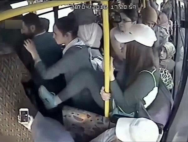 """Sau khi cảnh cáo không """"ăn thua"""", cô gái trẻ (đội mũ trắng) đã không ngần ngại dùng chân để """"nói chuyện phải quấy"""" với tên biến thái. (Ảnh: Sohu.com)"""