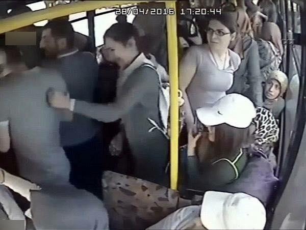 Đây là cô gái đã xử đẹp gã sàm sỡ trên xe buýt. Hãy như cô!