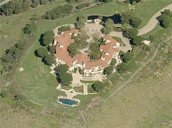 Tại đây, Teodoro vung tiền mua căn biệt thự 35 triệu đô (hơn 780 tỷ) bên bờ biển Malibu và trả bằng tiền mặt. Đây là căn nhà đắt tiền nhất được bán ra ở California vào năm 2006, có 1 sân tennis, 1 hồ bơi và 1 sân golf 4 lỗ.