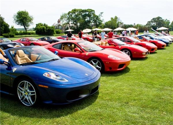 Bộ sưu tập siêu xe hoành trángcủa anh này gồm có 7 chiếc Ferrari, 5 chiếc Bentley, 4 chiếc Rolls-Royce, 2 chiếc Lamborghini, 2 chiếc Porsche, 2 chiếc Maybach, và 1 chiếc Aston Martin, có giá khoảng 10 triệu đô (gần 223 tỷ đồng). Anh chàng phải thuê hẳn một mảnh đất gần đó để làm gara và thường đi giày trùng với màu xe.