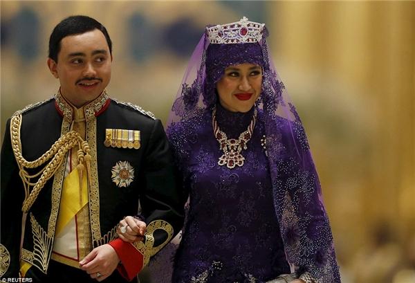 Trang phục yến tiệc của cô dâu và chú rể cũng sang trọng và lộng lẫy không kém trang phục làm lễ.