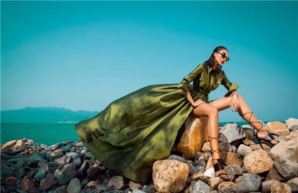 """Bên cạnh những dáng váy điệu đà đặc trưng, Lê Thanh Hòa đã tạo nên những dư vị mới khi kết hợp giữa các thành phần khác nhau trên cùng một tổng thể như: jumpsuit, váy xẻ, quần ôm, áo dáng dài,… Những thành phần này đều có thể """"tháo dỡ"""" để diện riêng lẽ. Đây được xem là một nét chấm phá thú vị mà nhà thiết kế trẻ mang đến qua bộ sưu tập này."""