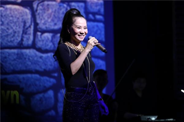 Cũng trong đêm diễn nữ ca sĩ tự nhận mình không phải là một người giỏi tiếng Anh. Thậm chí, cô chưa bao giờ đến trường để học - Tin sao Viet - Tin tuc sao Viet - Scandal sao Viet - Tin tuc cua Sao - Tin cua Sao