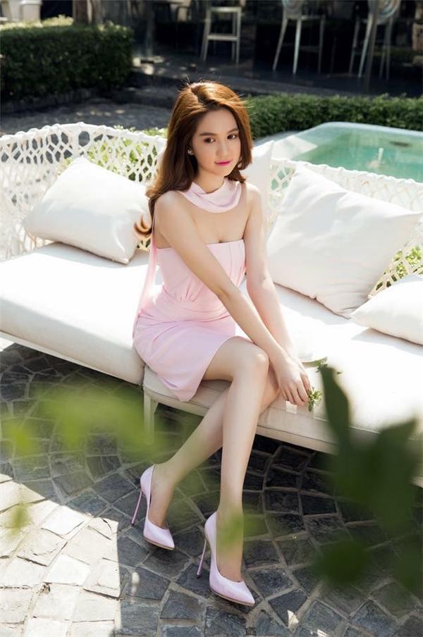 Ngọc Trinh vẫn trung thành với hình ảnh gợi cảm thường thấy trong chiếc váy quây cúp ngực màu hồng thạch anh ngọt ngào.