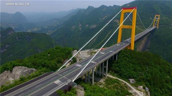 Cầu Siduhe cao tới mức đối thủ gần nhất ở Mexico thấp hơn tới 100 m. Cây cầu này cũng cao hơn cầu Royal Gorge ở Colorado (Mỹ) 205 m. Đây cũng là cây cầu duy nhất trên thế giới nơi vật có kích cỡ và trọng lượng bằng một người rơi xuống có thể đạt vận tốc cuối - vận tốc vật thể rơi không còn có gia tốc được nữa. Cầu dài khoảng 900 m. Ảnh: Xinhua.