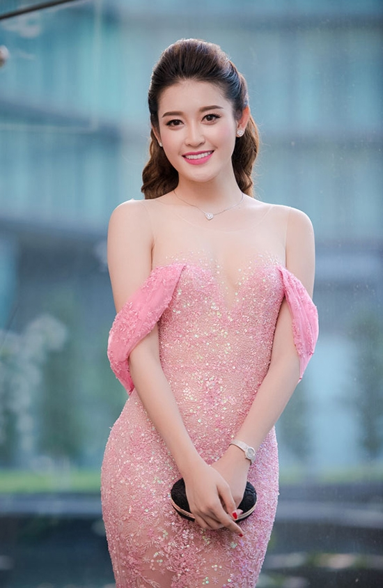 Bộ váy màu hồng ngọt ngào của Huyền My từng giúp cô có mặt trong dánh sách những sao mặc đẹp của V-biz trong suốt một khoảng thời gian dài. Tuy nhiên, khi nhìn thoáng qua phần ngực váy, nhiều người lại trố mắt bởi cúp ngực quá mỏng manh. Nhưng thực tế, chúng đã được nối với cầu vai bởi một lớp voan mỏng có thể nâng đỡ toàn bộ thân váy.